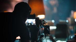 Kameramies kuvaa ohjelmaa.