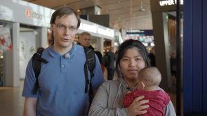 Michael Kvist och Pranee Suanmanus med dottern Veronica i famnen.