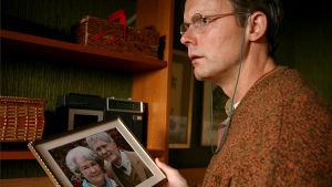 Felix tittar på ett gammalt fotografi av sina föräldrar.