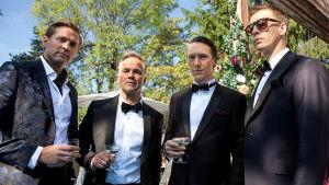 Huvudpersonerna i serien Exit står utomhus, uppklädda och med drinkar i handen och tittar in i kameran.