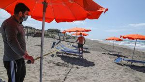 Stranden förbereds för sommaren i Capocotta nära Rom.