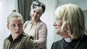 Marion ja Julia suunnittelevat häitä, mutta Marion perääntyy uskonnolliseen yhteisöön.