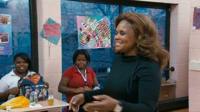 Brenda i Dreamcatcher föreläser för skolflickor som löper risk att hamna på gatan.