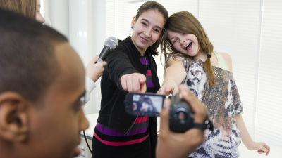 Uutisluokan oppilaat harjoittelevat videokuvausta.