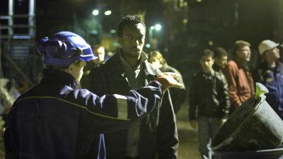 Kypäräpäinen Marko (Jarkko Lahti) ja Yasin (Omar Abdi) työmaalla elokuvassa Kaupunkilaisia