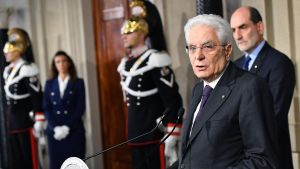 Italiens president Sergio Mattarella håller presskonferens