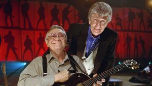 Elvis Presleyn soittokaverit Scotty Moore ja D.J. Fontana syksyllä 2001 studiossa. Laulava sydän -ohjelman pressikuva.
