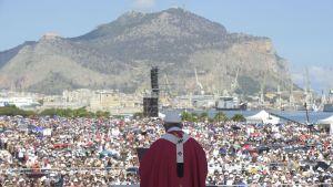 Påven besöker Palermo för att hedra en präst mördad av maffian 1993.