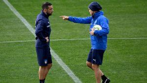 Fabio Quagliarella får instruktioner av Roberto Mancini.