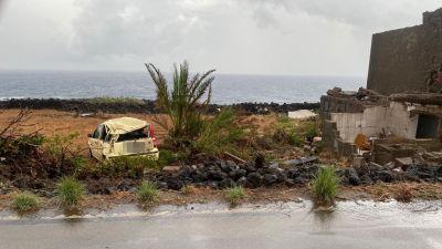Bilar kastades omkring och byggnader skadades i tornadon på Pantelleria.