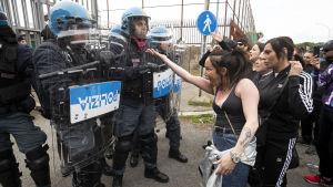 Anhöriga till fångar i Rehibbia-fängelset i Rom proteterade på måndagen mot besöksförbudet. Inne på fängelset pågick ett upplopp bland fångarna.