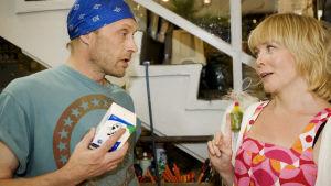 Kotikadun Risto ja Laura kukkakaupassa.