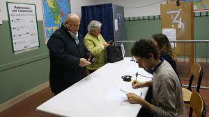 Väljare identifierar sig i en vallokal i Brescia, Lombardiet.