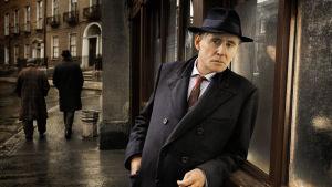 Irlantilainen kuolinsyyntutkija Quirke (Gabriel Byrne)