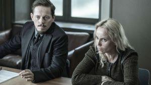 Henrik (Thure Lindhardt) ja Saga Noren (Sofia Helin) pöydän ääressä.