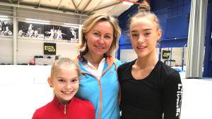 Gymnastiktränaren Larisa Gryadunova med sina adepter Lia Kallio och Rebecca Gergalo.