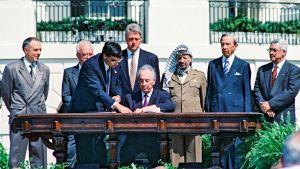 Jitzhak Rabin ja Jasser Arafat allekirjoittavat rauhansopimuksen