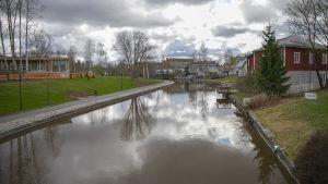 Joki virtaa asutuksen läpi.