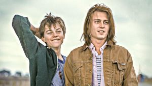 Nuoret näyttelijät Leonardo DiCaprio ja Johnny Depp elokuvassa Gilbert Grape.