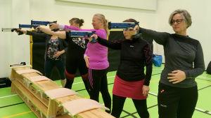 Kvinnor i rad skjuter med laserpistol.