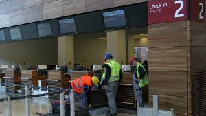 Byggarbetare inne i terminalen vid Berlins nya flygplats i april 2012