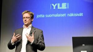Mikael Jungner informerar på Yle