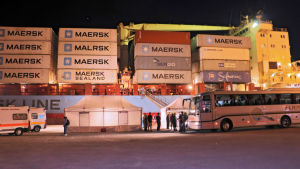 Containerfartyget Alexander Maersk transporterar flyktingar in i hamnen i Pozzallo på Sicilien 26.6.2018.