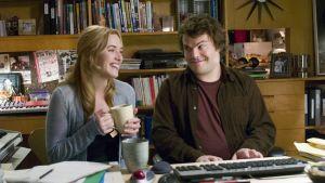 Kate Winslets och Jack Blacks rollgestalter sitter vid ett piano och improviserar kring filmmusik i filmen Holdiay.