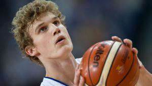 Lauri Markkanen heittämässä koripalloa.