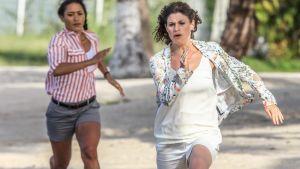 Kaksi naista juoksee.