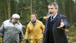 Pirunpelto-sarjassa Ossi Östelä huutaa nevalla, taustalla Torikka ja Aune.