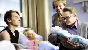 Uusi Päivä sarjan kolmannen tuotantokauden päätösjaksossa Vilman synnytys käynnistyi.