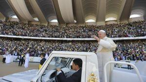 Påven anländer för att leda en mässa på stadion i Abu Dhabi