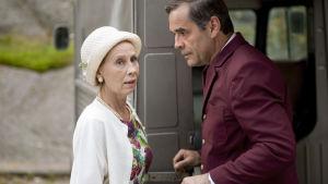 Kati Outinen ja Miroslaw Etzler elokuvassa Mieletön elokuu.