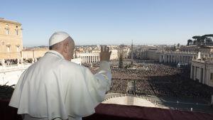 Tiotusentals människor hade samlats på Petersplatsen för att lyssna på påven.