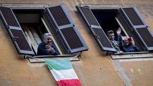 Italienare umgås via sina fönster. Rom 14.3.2020