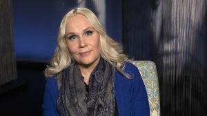 Eläin- ja ympäristöetiikan dosentti Elisa Aaltola Mediapoliksen studiossa Tampereella Anne Flinkkilän vieraana, kuvassa vaaleahiuksinen Elisa sinisessä villatakissa.