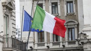 Italiens flagga och EU:s flagga