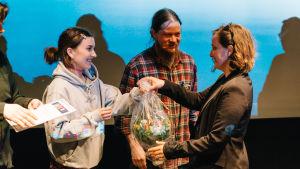 Kukkapuska ojennetaan kilpailun voittajalle