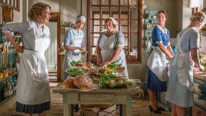 Naisia keittiössä.