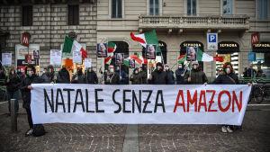 """""""En jul utan Amazon"""", vill de här demonstranterna.  Demonstration till stöd för lokal affärsverksamhet. Milano, Italien 27.11.2020."""