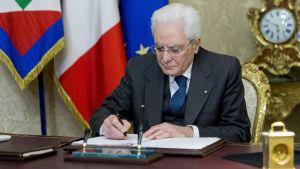President Sergio Mattarella undertecknar ett dekret som upplöser parlamentet.