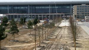 Den inte helt färdiga terminalbyggnaden vid Berlins nya flygplats i april 2012