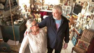 Pia och Kristian står i sitt hem fyllt av lopisfynd.