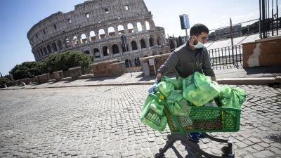 En man i Rom som storhandlat under coronaepidemin i Italien 16.3.2020.
