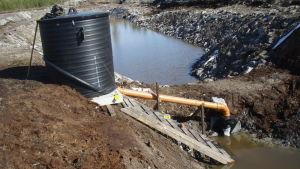 Saloys anläggning kan fälla ut fosfor i bäckar och diken. Kemikalierningen fungerar utan extern energiförsörjning.