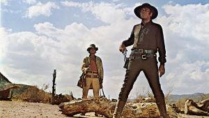 Charles Bronson (vas.) ja Henry Fonda elokuvassa Huuliharppukostaja (1968).