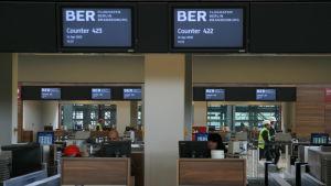 Incheckningsdiskar och monitorer vid Berlins nya flygplats i april 2012