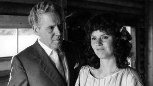 Erland Josepson ja Charlotta Larsson Donnerin elokuvassa Likainen tarina.