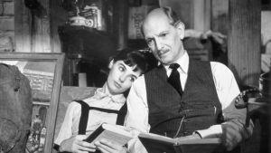 Anne Frank ja isä eli Millie Perkins ja Joseph Schildkraut istuvat kirjat kädessä. Kuva fiktioelokuvasta vuodelta 1959.